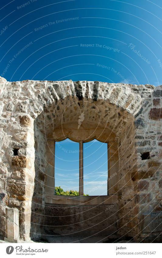 fenster zum himmel. alt blau Haus Wand Fenster Architektur Mauer Stein Gebäude Häusliches Leben Vergänglichkeit Bauwerk Denkmal Reichtum Vergangenheit