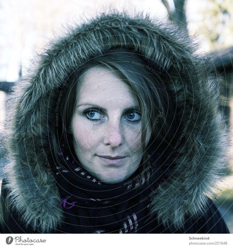 Kühl wird´s Mensch feminin Junge Frau Jugendliche Erwachsene Leben Kopf Haare & Frisuren Gesicht Auge Nase Mund Lippen 1 18-30 Jahre beobachten Fellkragen Schal
