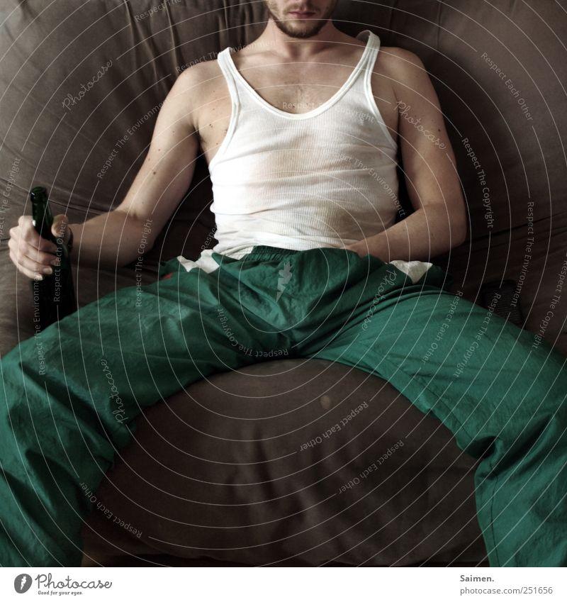 chillmode Mensch maskulin Mann Erwachsene 1 18-30 Jahre Jugendliche trinken Zufriedenheit Erholung Langeweile Trainingshose Feinripp Bier Bierflasche Bart