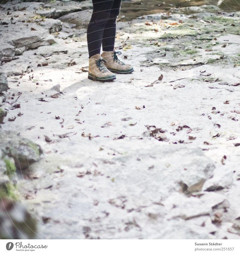 [CHAMANSÜLZ 2011] Päuschen Klettern Bergsteigen wandern Frau Erwachsene Beine Fuß Mensch stehen Wanderschuhe Stein steinig Leggings Blatt Herbst Tatendrang Knie