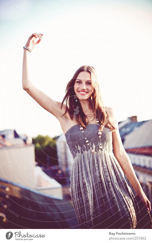 ° Lifestyle elegant Stil Freude Glück schön feminin Junge Frau Jugendliche Erwachsene Leben 1 Mensch 18-30 Jahre Fassade Dach Kleid Schmuck Ohrringe Halskette