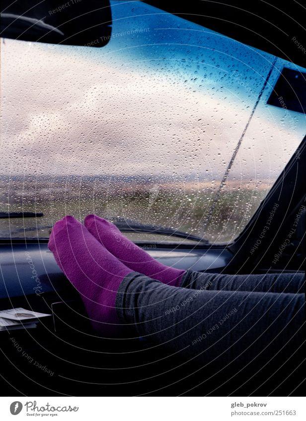 Mensch Erwachsene Erholung kalt Landschaft PKW Beine Regen Fuß Wetter Ausflug Verkehr Abenteuer frisch Fröhlichkeit Wassertropfen