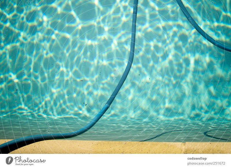 la piscine Lifestyle ruhig Schwimmen & Baden Sommer Sommerurlaub Schwimmbad ästhetisch frisch Wasser Beckenrand Schlauch Jacques Deray Farbfoto Außenaufnahme