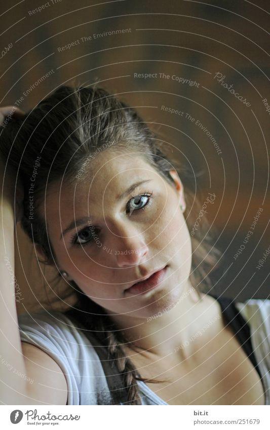 im Licht Frau Mensch Jugendliche schön Gesicht Auge feminin dunkel Kopf Haare & Frisuren Erwachsene hell braun Mund Nase