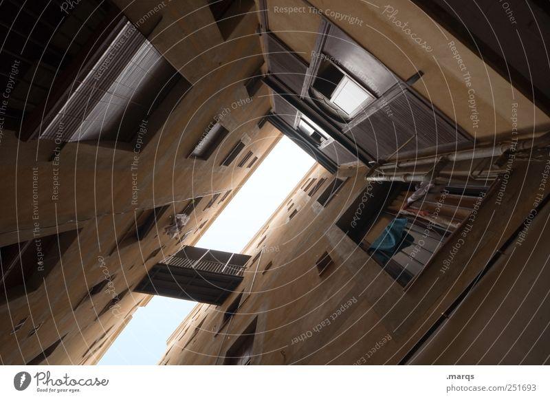 Eng alt Haus dunkel Fenster Architektur Gebäude Fassade Perspektive Häusliches Leben eng Spanien Hinterhof Platzangst Barcelona Innenhof beklemmend