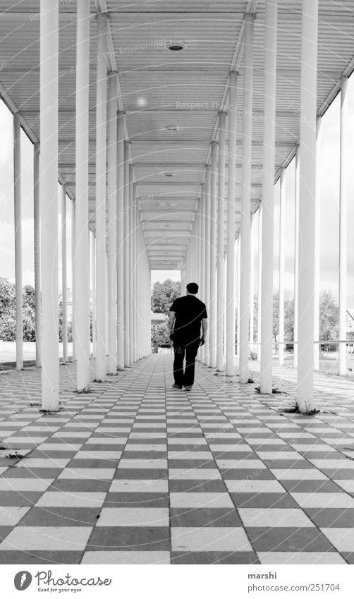 Läufer auf 3d Mensch maskulin 1 schwarz weiß Säule Wandelhalle Bauwerk Architektur Tiefenschärfe Fluchtpunkt gehen Landkreis Böblingen schachmuster