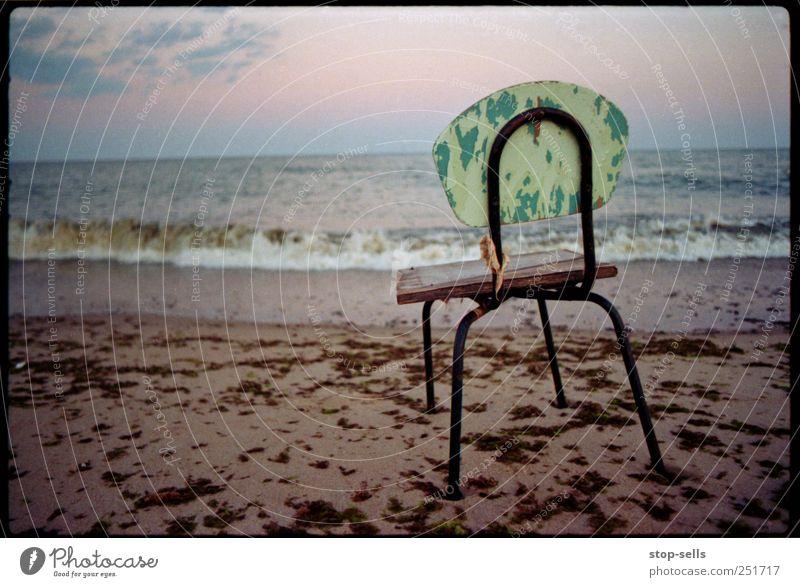 Hocker am See Umwelt Natur Sand Luft Wasser Himmel Sonnenaufgang Sonnenuntergang Wellen Strand Meer sitzen stehen warten Stuhl leer Algen Seeblick Küste