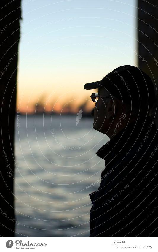 einmal im Hafen nur schlafen... Ferien & Urlaub & Reisen Tourismus Ausflug Sightseeing Städtereise maskulin Mann Erwachsene Männlicher Senior 45-60 Jahre Fluss