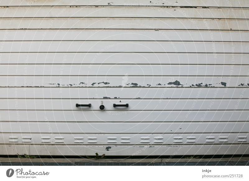das ist ein Garagentor... alt weiß schwarz grau Metall dreckig geschlossen Verkehr kaputt trist Güterverkehr & Logistik Verfall Schloss Ruhestand gestreift Griff