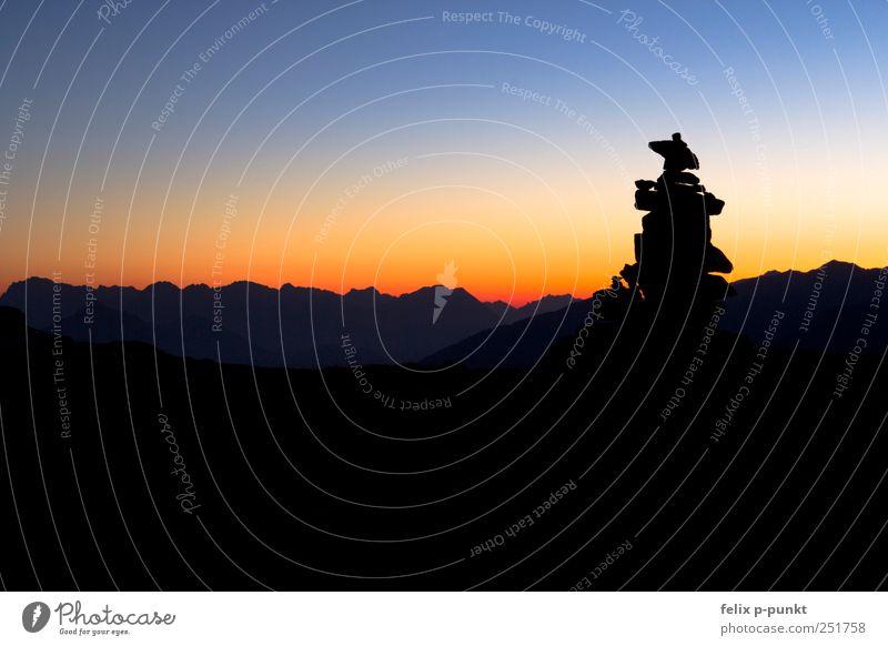 steinmännchen Umwelt Natur Wolkenloser Himmel Horizont Sonnenaufgang Sonnenuntergang Sonnenlicht Herbst Berge u. Gebirge Gipfel Gletscher Gefühle Stimmung Glück