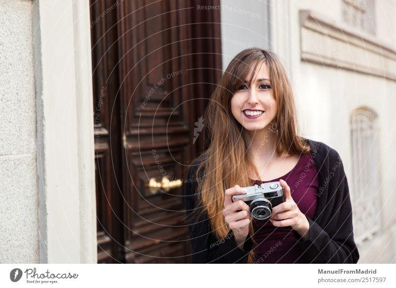 Frau schön Straße Erwachsene Lifestyle Stil Glück Freizeit & Hobby Europa Lächeln Fröhlichkeit Grafik u. Illustration Fotokamera Tourist Großstadt Fotograf