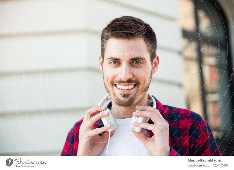 Porträt eines jungen, fröhlichen, attraktiven Mannes im Freien Lifestyle Stil Glück Mensch Erwachsene Straße Mode Lächeln Coolness Freundlichkeit Fröhlichkeit