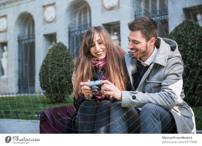 Frau Mensch Ferien & Urlaub & Reisen schön Freude Winter Erwachsene Lifestyle Liebe Paar Tourismus Freundschaft Europa sitzen Lächeln Kultur