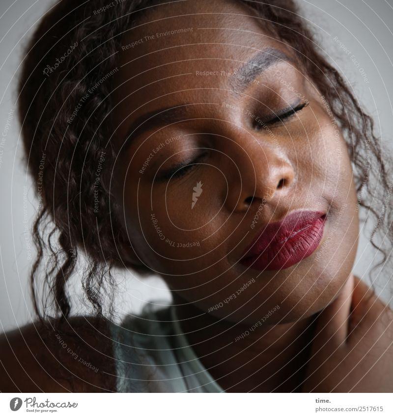 Arabella schön Gesicht Kosmetik Lippenstift feminin Frau Erwachsene 1 Mensch T-Shirt Haare & Frisuren brünett langhaarig Locken berühren festhalten genießen