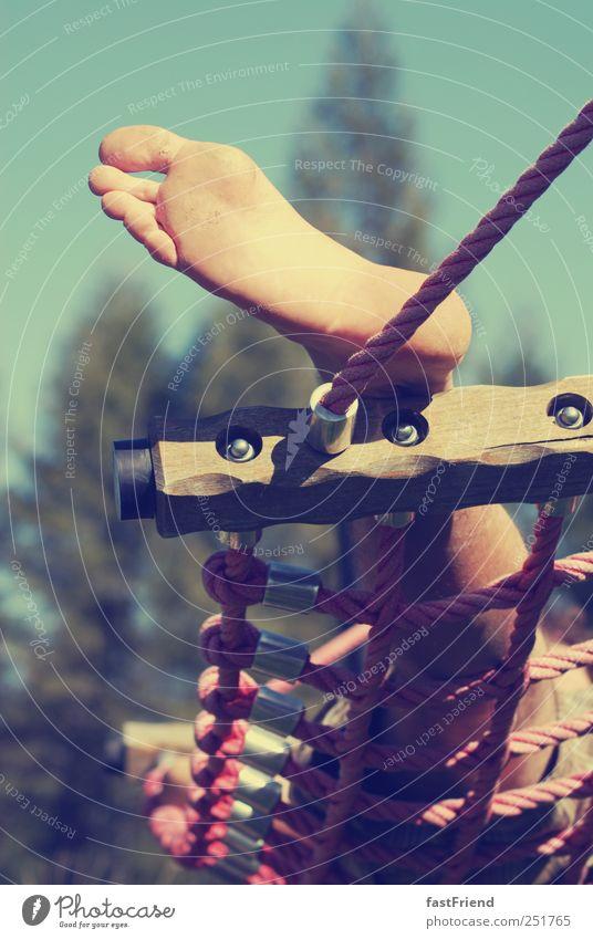 Zeit die Füße hoch zu legen Mensch Mann Sommer Ferien & Urlaub & Reisen ruhig Erwachsene Beine Fuß Seil Gelassenheit Sommerurlaub Hängematte schaukeln Fußsohle