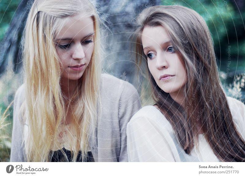 . feminin Junge Frau Jugendliche Haare & Frisuren Gesicht 2 Mensch 18-30 Jahre Erwachsene Park Wiese brünett blond langhaarig Kommunizieren träumen Traurigkeit