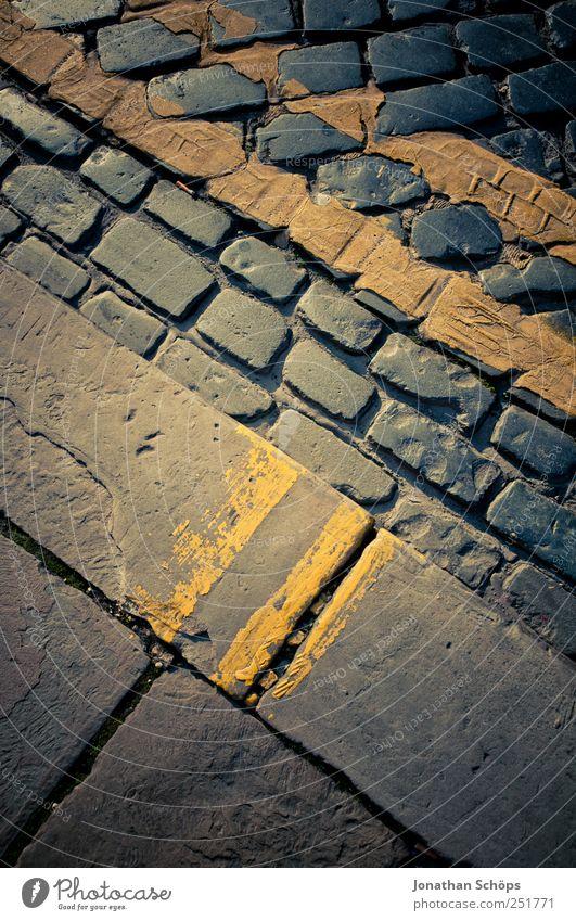 Straßenmuster blau Farbe gelb Stein Linie braun Schilder & Markierungen verrückt Ecke Streifen einfach Bürgersteig Verkehrswege Straßenbelag Geometrie
