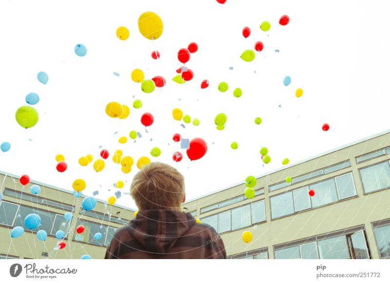 airmail Mensch blau grün rot gelb Fenster oben Junge Haare & Frisuren Rücken Fassade fliegen hoch frei Hoffnung Kind