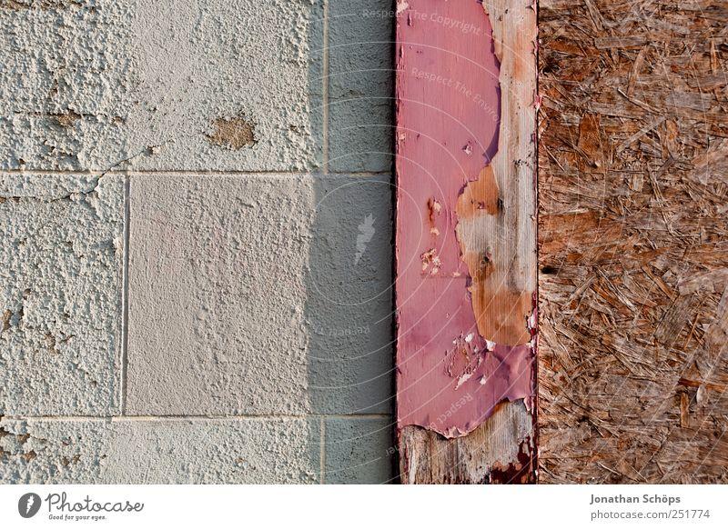 Mauermuster weiß Haus Wand Holz grau Stein braun rosa Vergänglichkeit einfach Bauwerk verfallen Putz Holzbrett Geometrie