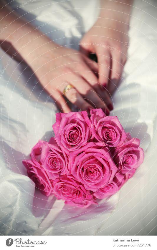 Brautstrauß Mensch Frau Erwachsene Paar Hand 1 Kleid Brautkleid Ring Ehering weiß Glück Optimismus Zusammensein Liebe Verliebtheit Treue ästhetisch elegant
