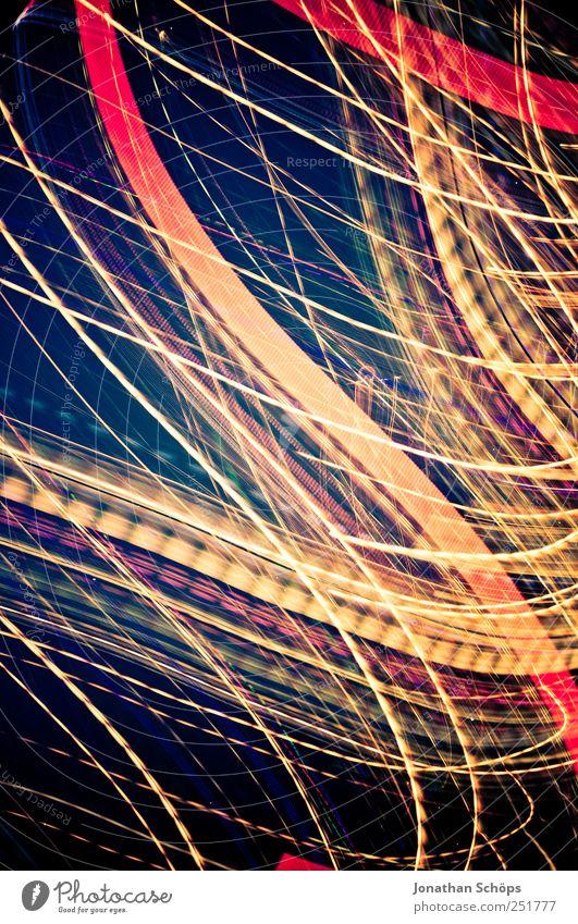 Blackpool Illuminations II Stadtzentrum ästhetisch blau mehrfarbig gelb rot schwarz Geschwindigkeit schnelllebig Lichtspiel Lampe Straßenbeleuchtung Dynamik