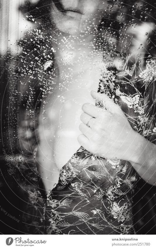 désillusion Frau Mensch Jugendliche schön feminin Fenster Erotik Gefühle Erwachsene träumen Stimmung Regen Körper Glas warten Wassertropfen
