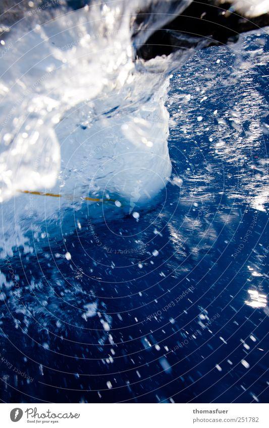 Blauwassersegeln blau Wasser weiß Meer Bewegung Wellen nass frisch Wassertropfen Flüssigkeit spritzen Bildausschnitt Anschnitt Gischt Schiffsbug spritzig