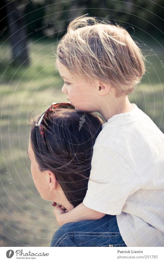 Festhalten Mensch Frau Kind Natur schön Erwachsene Umwelt Bewegung Junge Glück Kopf Familie & Verwandtschaft Kindheit sitzen laufen maskulin