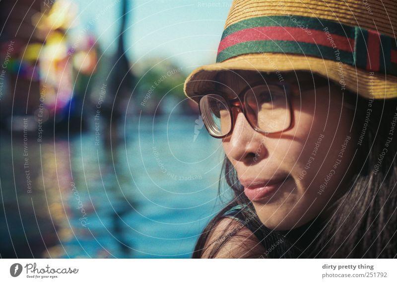 morning colors feminin 1 Mensch 18-30 Jahre Jugendliche Erwachsene Wasser Sommer Brille Hut schwarzhaarig langhaarig Erholung nachdenklich analog Farbfoto