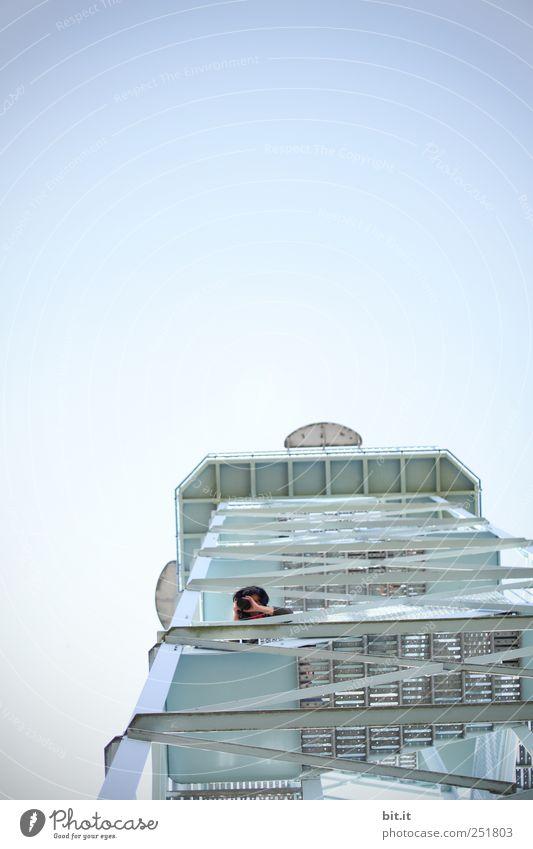 [CHAMANSÜLZ] Die Turmphotografin Mensch Himmel blau Einsamkeit Ferne Kopf oben Architektur träumen Wetter Kraft Beginn einzigartig Unendlichkeit entdecken