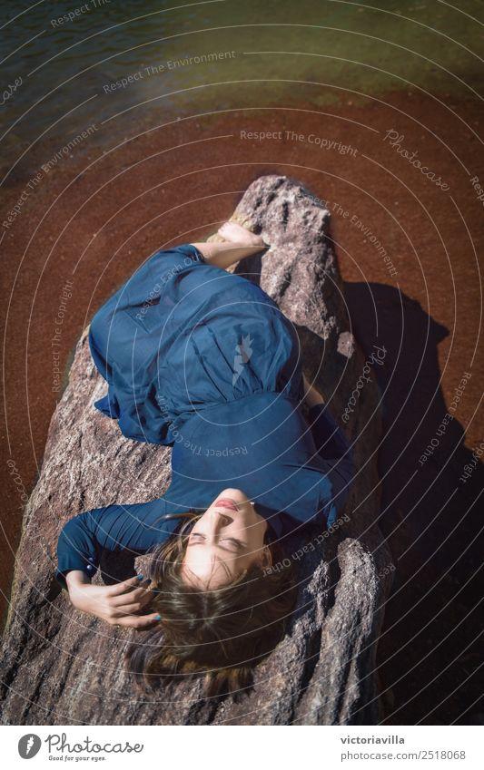 Dame blau feminin Junge Frau Jugendliche Erwachsene 1 Mensch 13-18 Jahre 18-30 Jahre 30-45 Jahre träumen braun Tugend Geborgenheit friedlich ätherisch