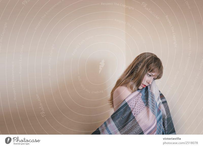 Wir sind ganz allein Lifestyle feminin Junge Frau Jugendliche Erwachsene 1 Mensch 13-18 Jahre 18-30 Jahre blond langhaarig Gefühle Traurigkeit Liebeskummer