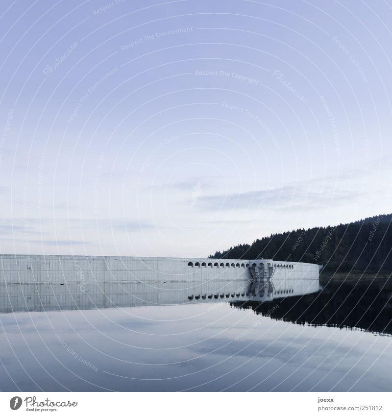 Die Mauer Wasserkraftwerk Himmel Schönes Wetter Wald See Menschenleer Bauwerk Wand Beton gigantisch groß blau grau schwarz Stress Energie Staumauer Stausee