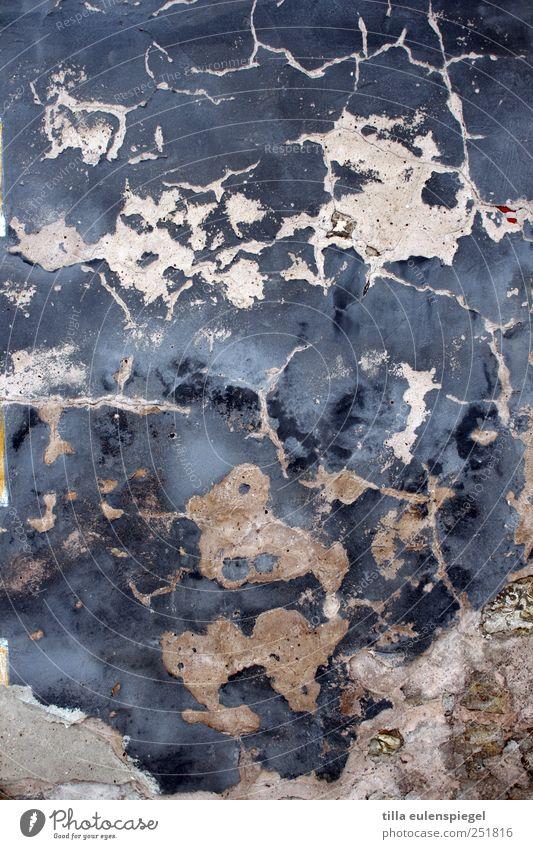 . blau weiß Wand Mauer dreckig nass Beton Vergänglichkeit verfallen feucht Riss abblättern