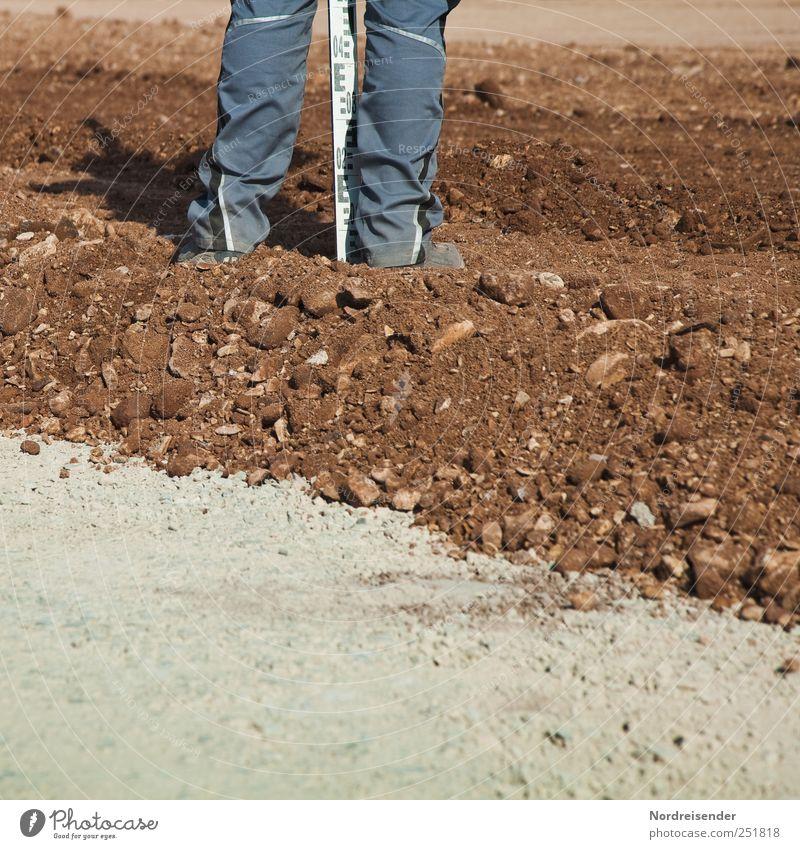 Latte halten Mensch Straße Wege & Pfade Beine braun Arbeit & Erwerbstätigkeit Erde Beginn stehen Baustelle Güterverkehr & Logistik Beruf Zeichen Verkehrswege