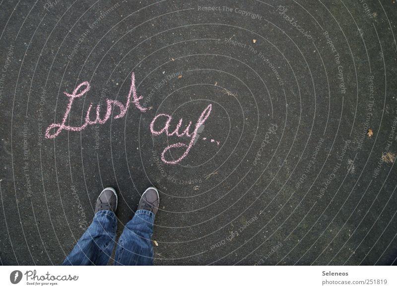 Neues Mensch Beine Fuß 1 Jeanshose Schuhe Turnschuh Stein Beton Zeichen Schriftzeichen stehen Lust Kreide Farbfoto Außenaufnahme Textfreiraum rechts Tag