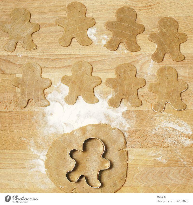neun kleine Männchen Mann Weihnachten & Advent Holz Lebensmittel braun Ernährung süß viele lecker Süßwaren Reihe Backwaren Teigwaren Schneidebrett roh Plätzchen