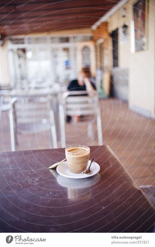 ä gläßchen heeßen Getränk Heißgetränk Kaffee Teller Glas Löffel Flüssigkeit mehrfarbig Spanien Untertasse Tisch Stuhl Milchkaffee Tischplatte Raum Pause