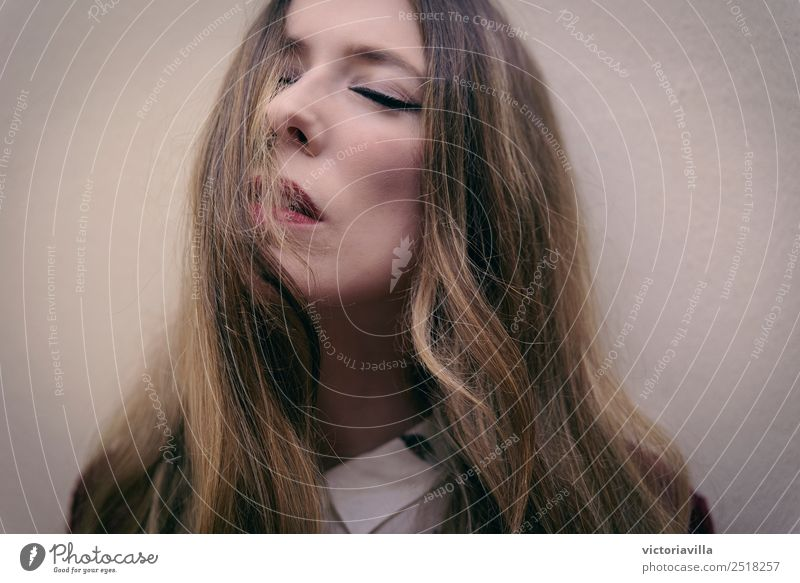 Der letzte Atemzug Mensch feminin Junge Frau Jugendliche Erwachsene 1 18-30 Jahre 30-45 Jahre blond langhaarig atmen ruhig Frieden Gefühle Gelassenheit