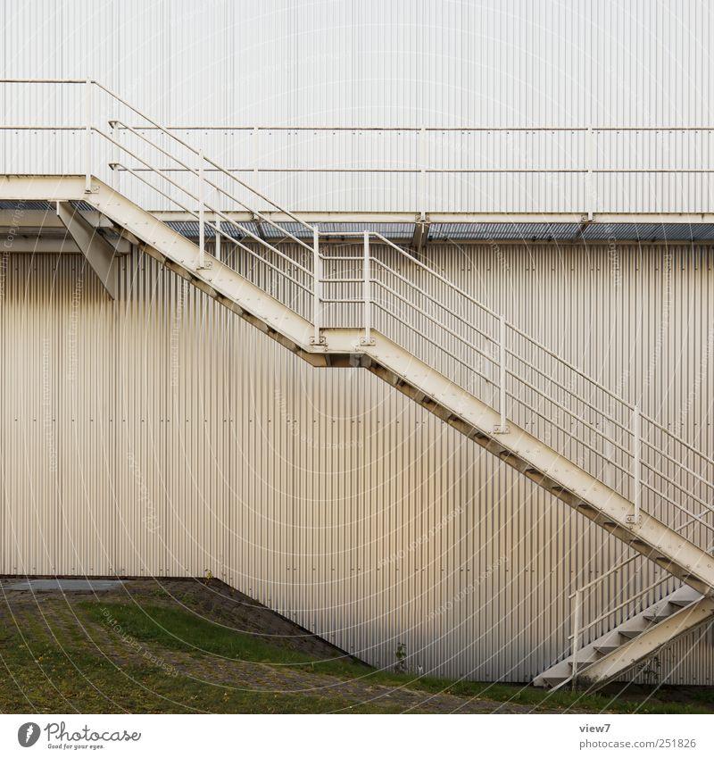 zz: ziemlich zügig alt Haus Wand Architektur Mauer Gebäude Metall Linie Fassade Beginn Treppe modern ästhetisch authentisch Streifen