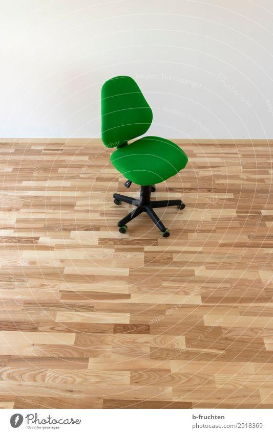 Bürostuhl im leeren Zimmer Büroarbeit Holz sitzen frech grün Einsamkeit Sessel Parkett Arbeitslosigkeit Umzug (Wohnungswechsel) Mauer Raum einzeln Rollstuhl