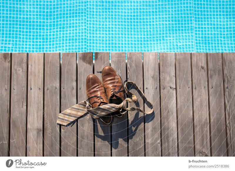 Mittagspause am Pool Leben Erholung Schwimmbad Ferien & Urlaub & Reisen Sommerurlaub Schwimmen & Baden Krawatte Schuhe Freundlichkeit frisch blau braun Freude