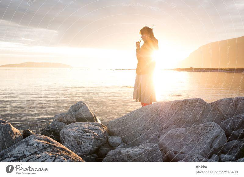 Mitternachtssonnenbad Abenteuer Ferne Freiheit Sommer Sonnenbad Meer Insel Junge Frau Jugendliche Natur Skandinavien Erholung genießen leuchten Rauchen stehen