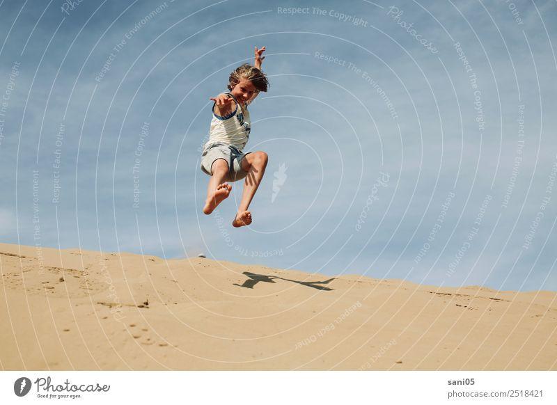 here I am maskulin Junge Kindheit Leben 1 Mensch 8-13 Jahre Sonne Sonnenlicht Sommer Klimawandel Schönes Wetter Wärme Dürre Wüste Sand lachen springen frech