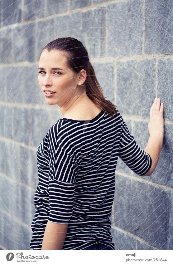 0816 feminin Junge Frau Jugendliche Mensch 18-30 Jahre Erwachsene brünett langhaarig schön einzigartig kalt blau Streifenpullover Steinwand Steinmauer