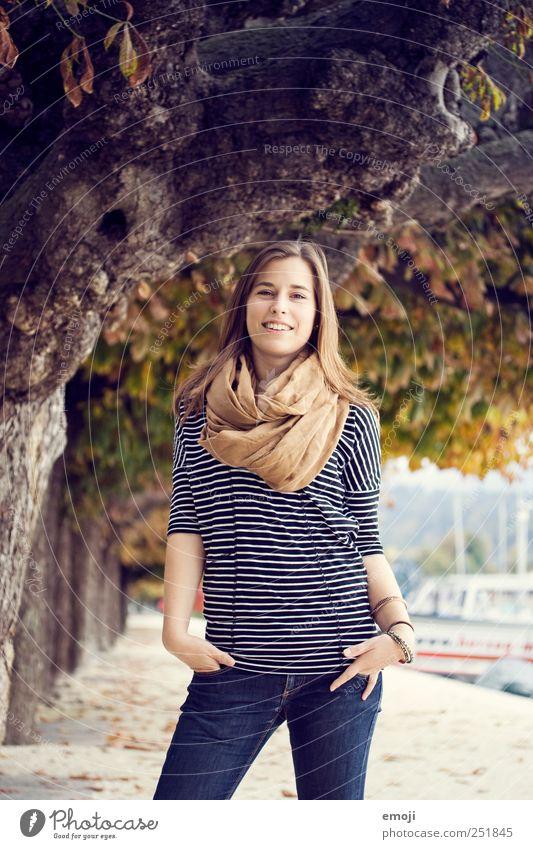 0815 Junge Frau Jugendliche Mensch 18-30 Jahre Erwachsene Mode Bekleidung brünett langhaarig schön lachen sympathisch Fröhlichkeit selbstbewußt Herbst