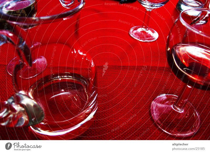 Rotwein auf Rot-Tisch-Decke rot trinken Getränk Alkohol Glas Tischwäsche