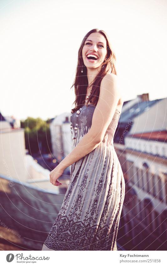 ° Lifestyle elegant Stil Freude Glück schön Wohlgefühl Zufriedenheit feminin Junge Frau Jugendliche Erwachsene Leben 1 Mensch 18-30 Jahre Haus Fassade Dach