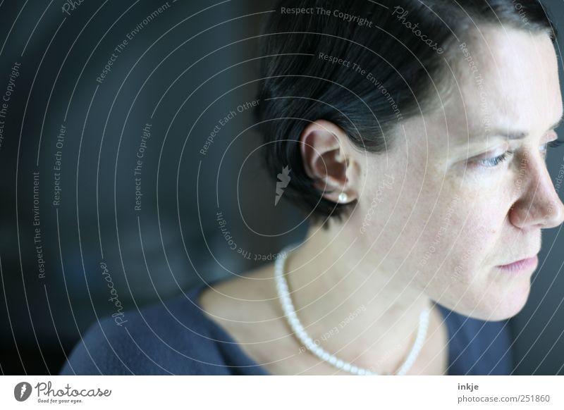 morgen ist ein neuer Tag feminin Frau Erwachsene Leben Kopf Gesicht 1 Mensch Schmuck schwarzhaarig Denken Blick träumen Traurigkeit authentisch kalt trist blau