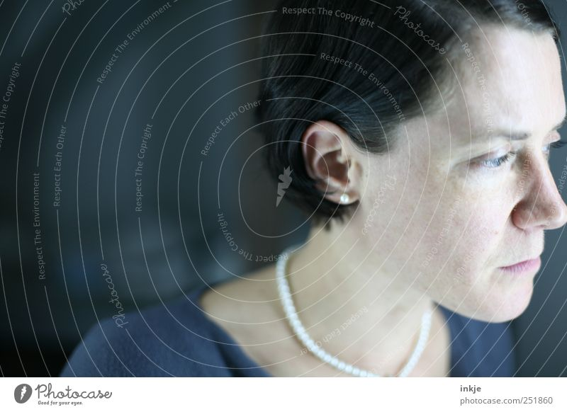 morgen ist ein neuer Tag Frau Mensch blau Einsamkeit Gesicht schwarz kalt Leben feminin Kopf Gefühle grau Erwachsene Traurigkeit Denken träumen